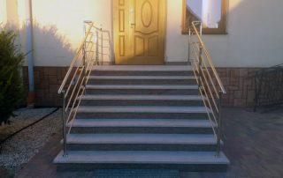 Balustrady z chrominiklu przy zewnętrznych schodach kościoła w Judaszówce