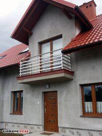 Nasza najnowsza realizacja to balustrady balkonowe w budynku mieszkalnym w Raniżowie. Balustrada w nowoczesnym stylu, chromoniklowa, z profilami poziomymi.