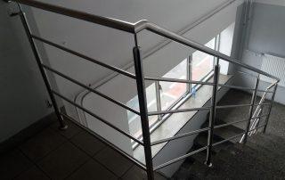 Rzeszowska firma Teknia jest naszym kolejnym zadowolonym klientem. Zdemontowaliśmy stare, zamontowaliśmy nowe balustrady z chromoniklu - tak w skrócie można opisać nasze działania.