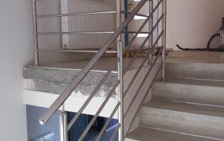 Inwestycja w domu prywatnym w Bratkowicach. Klient wybrał sobie całą balustradę ze stali nierdzewnej z szczebelkami poziomymi.