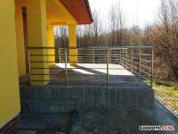 Balustrada zabezpieczająca ze stali chromoniklowej na tarasie w Świlczy
