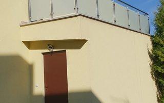 Balustrada ze stali nierdzewnej wypełniona szkłem mlecznym bezpiecznym w domu prywatnym w Rzeszowie